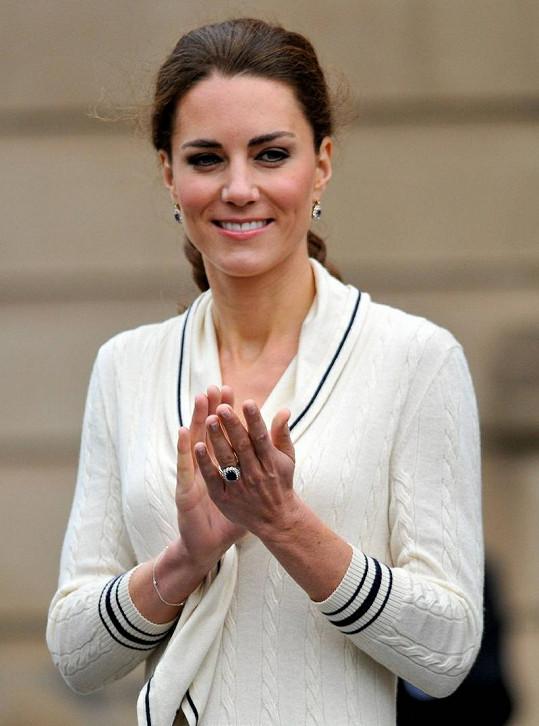 Kate se zásnubním prstenem i náušnicemi po zesnulé matce jejího manžela.