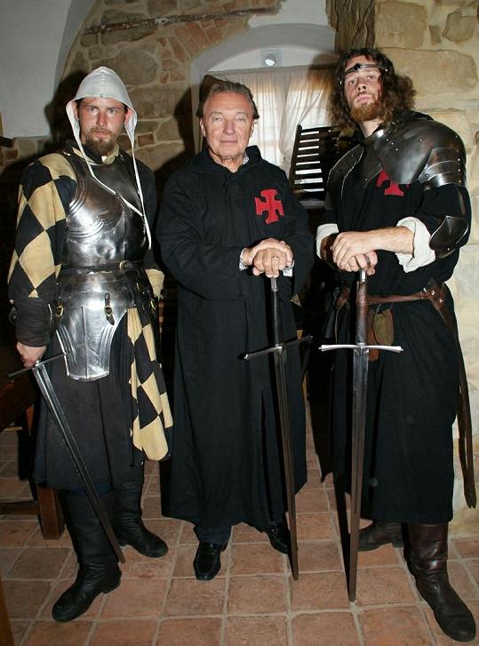 """Novodobý rytíř Karel Gott se ve společnosti svých středověkých """"kolegů"""" cítil báječně."""