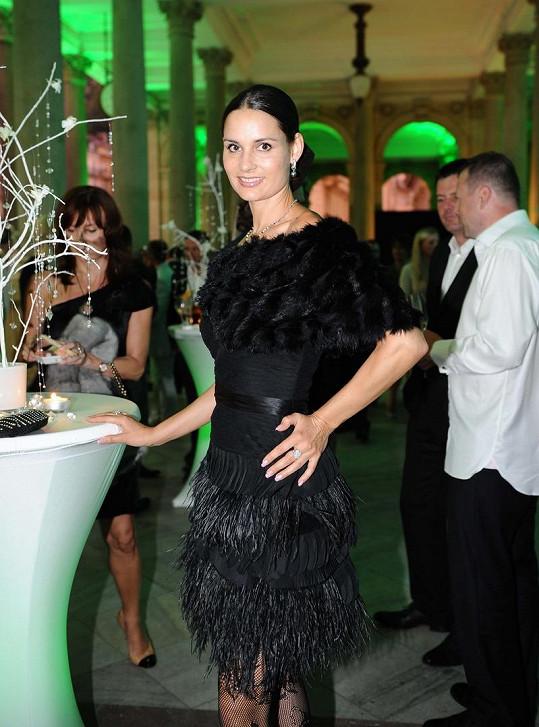 Terezie Dobrovolná ozvláštnila černý model luxusními šperky.