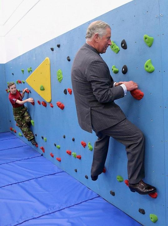 Charles v tělocvičně jedné z anglických středních škol.