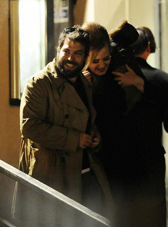Adele a Simon Konecki prý ještě nejsou sezdaní.