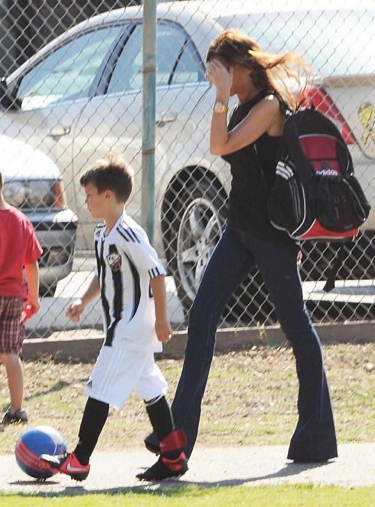 Victoria Beckham chodí se svými syny na fotbalové zápasy.