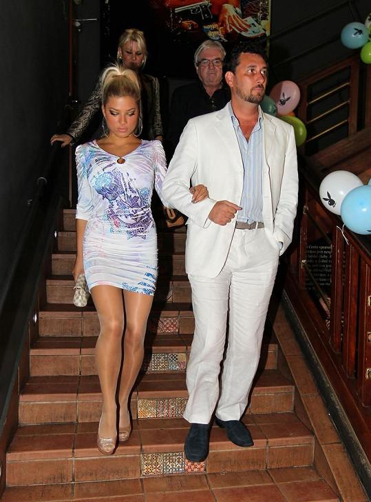Domenico Martucci s neznámou prsaticí na Playboy párty.
