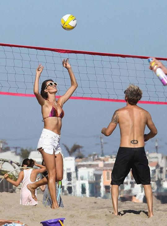 Alessandra si zahrála na pláži volejbal a pochlubila se skvělou postavou krátce po porodu.