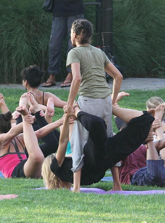 Heidi visí na jednom z instruktorů jógy.