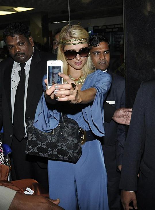 Paris Hilton fotila sama sebe na letišti v Indii.