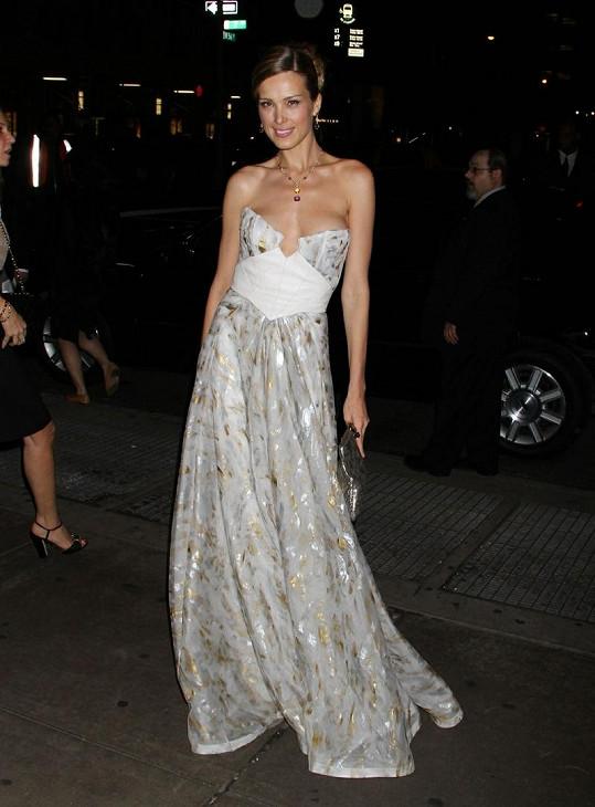 Modelka před Carnegie Hall v New Yorku.