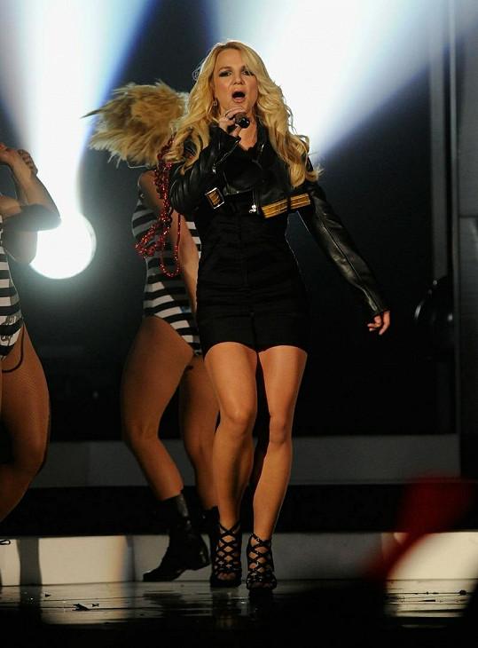 Britney ráda ukazuje svá sportovní stehna a lýtka v krátké sukni.