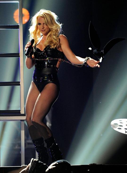 Britney se může pochlubit především vypracovanýma nohama.