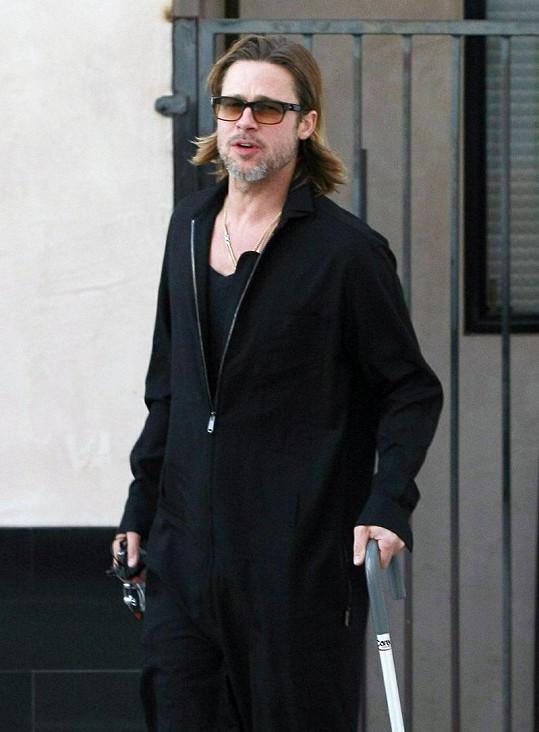 Brad Pitt vypadá s hůlkou v ruce starší.