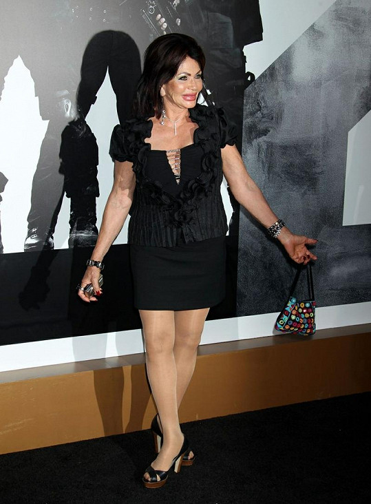 Devadesátiletá maminka Sylvestera Stalloneho si stále ještě může dovolit mini.