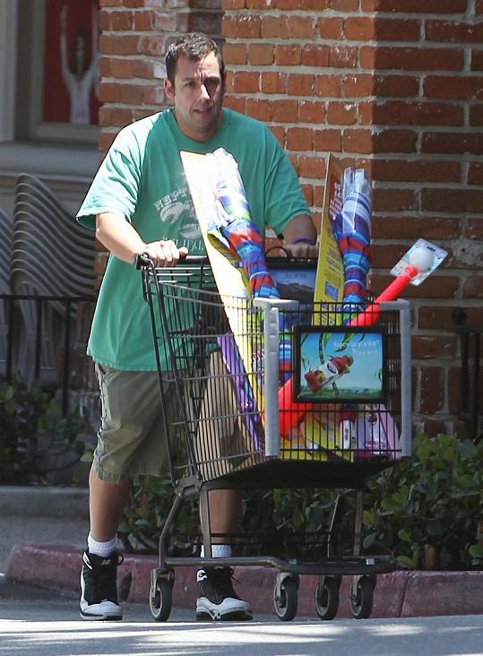 Herec si vezl nákup na oslavu Memorial Day na vozíku k autu.