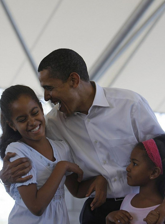 Americký prezident Barack Obama s Maliou a Sashou v roce 2008.
