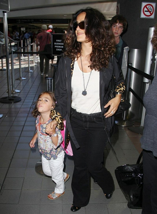 Salma a Valentina míří k terminálu.