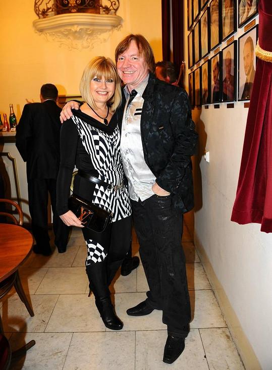 Milan Broum s manželkou v teplácích od Blanky Matragi.