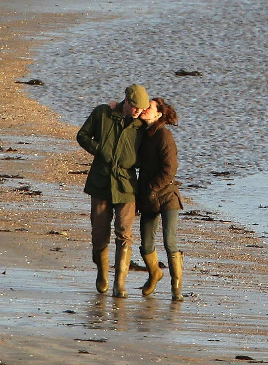 Vévoda a vévodkyně na procházce se psem.