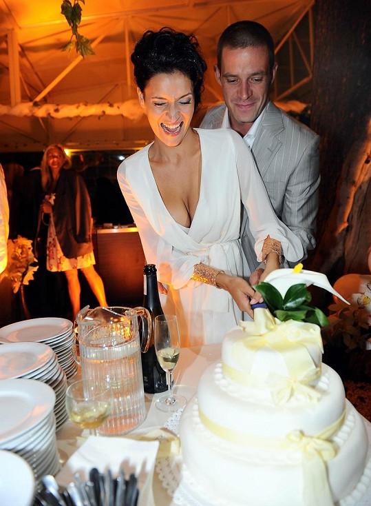 Nikol Plzáková a Petr Zvěřina při krájení svatebního dortu.