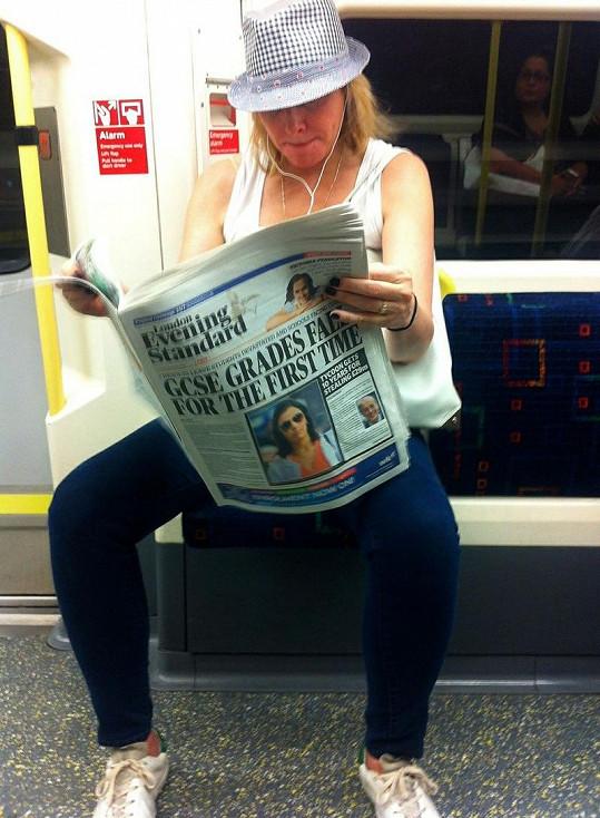 Kim Cattrall v londýnském metru.