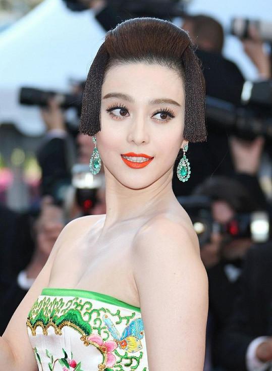 Čínská herečka Fan Bingbing sází na sytě oranžové rty.