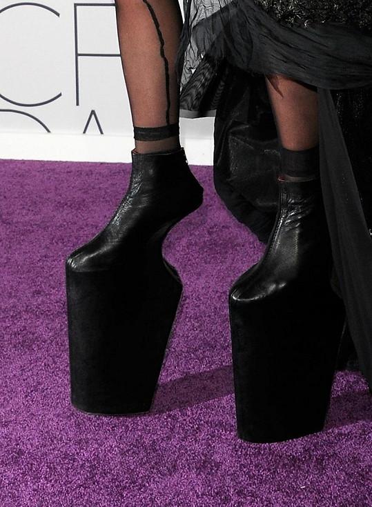 Boty Lady Gaga na extrémně vysoké platformě.