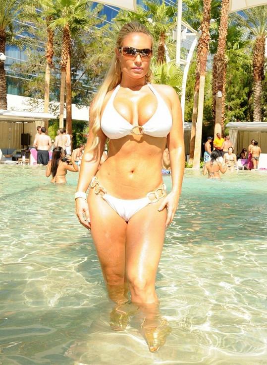 Coco u bazénu v hotelu v Las Vegas.
