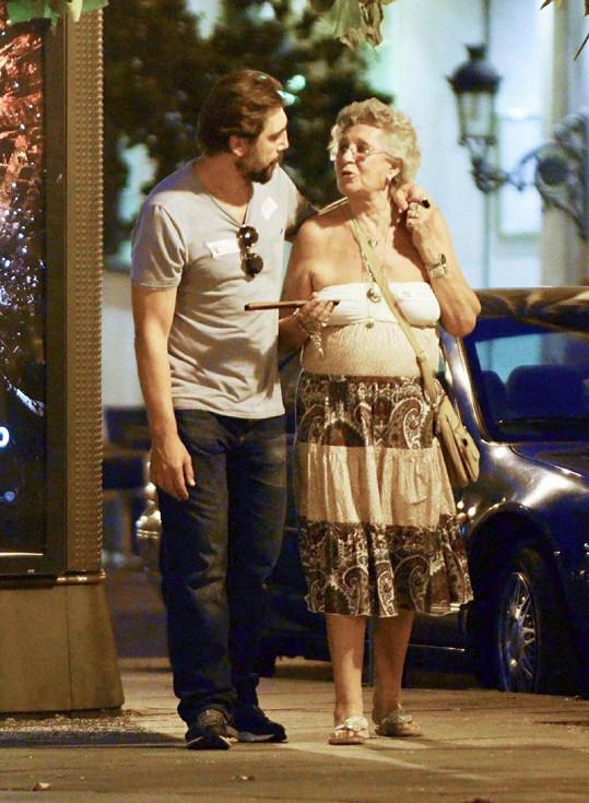 Javier Bardem s maminkou na procházce po Madridu.