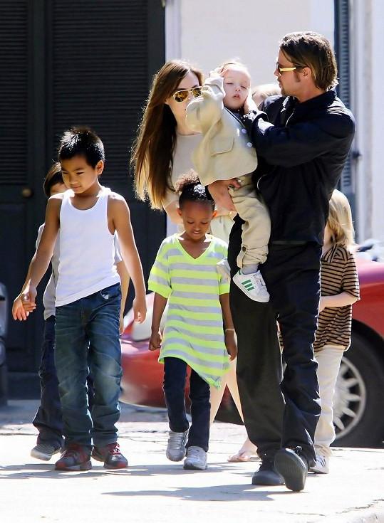 Pozorný otec Brad Pitt.