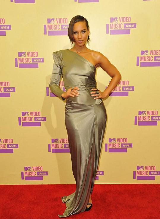 V šatech vypadala Alicia Keys náramně.