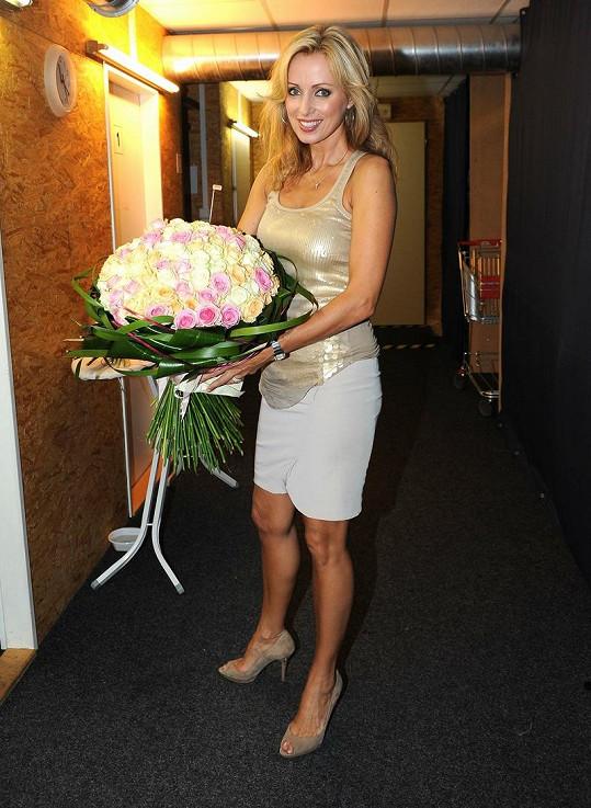Kateřina Brožová má tajného ctitele. Po představení dostala tuto kytici.
