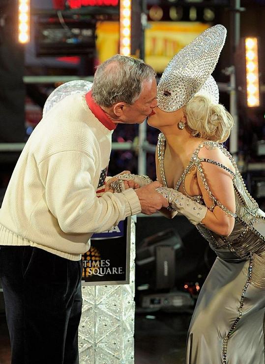 Lady Gaga líbá newyorského starostu Michaela Bloomberga.
