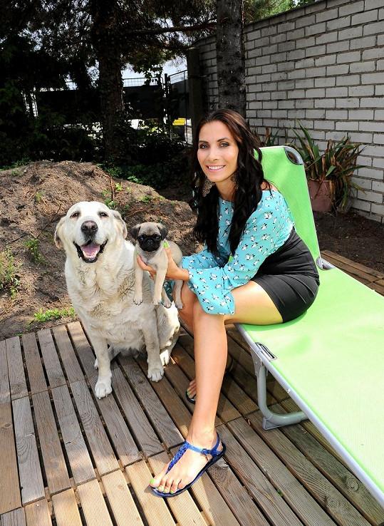 Eva Decastelo se svými psími miláčky.