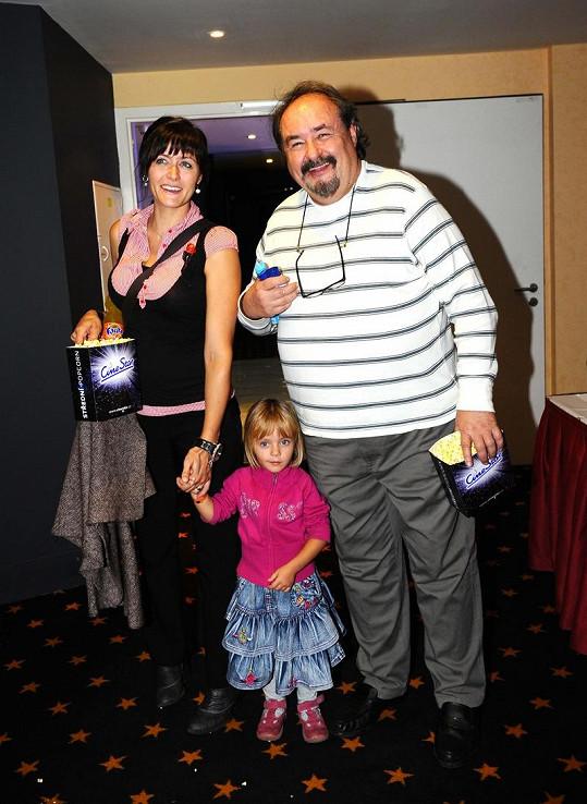 Lenka Novotná s dcerou Ester a otcem Petrem Novotným na premiéře pohádkové komedie.