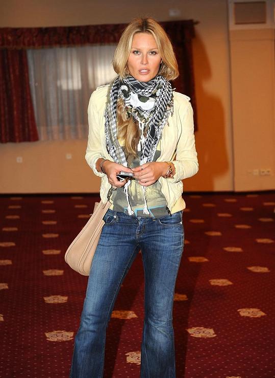 Simona je štíhlá jako o generaci mladší modelky.