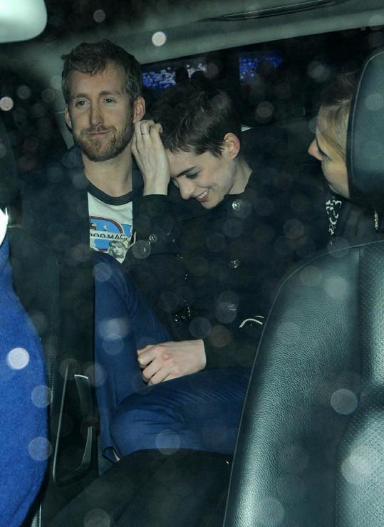 Anne Hathaway a její snoubenec.
