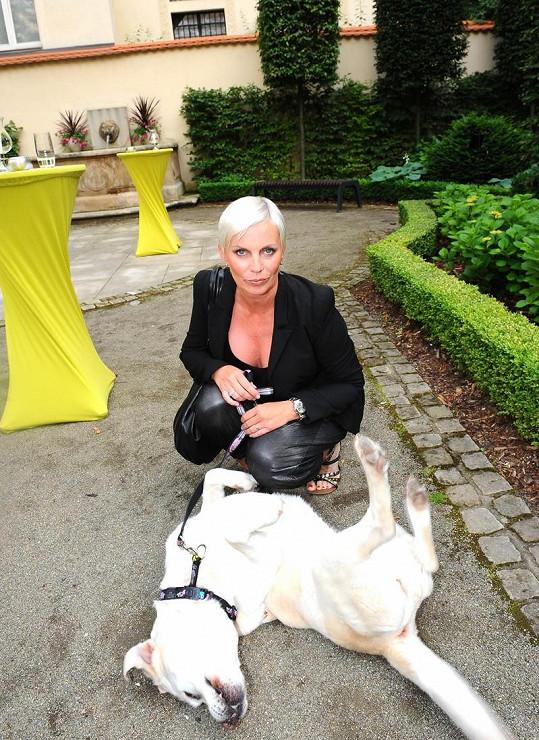 Kateřina Kornová a její labrador.