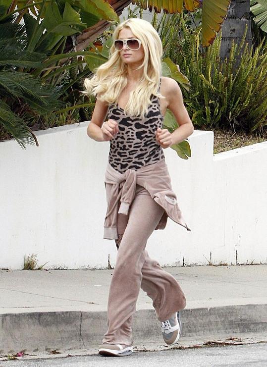 Takhle stylová je Paris Hilton i při běhu.