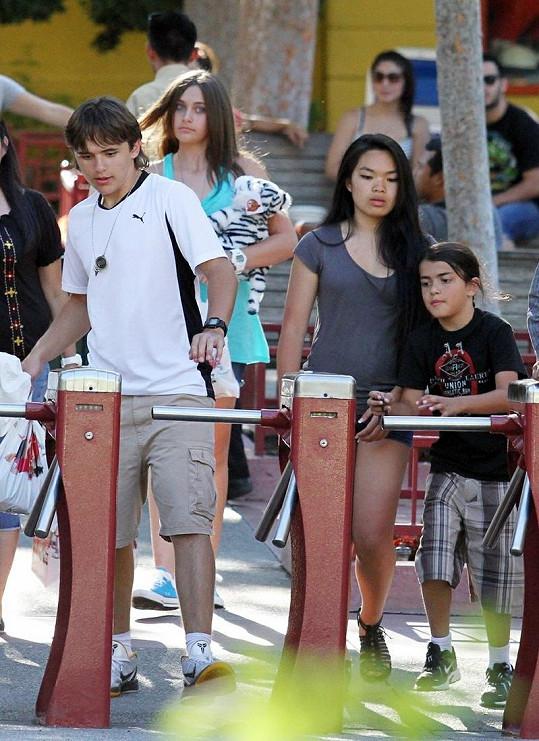Děti Michaela Jacksona v zábavním parku.