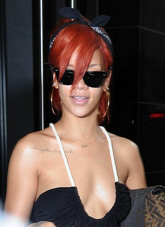Rihanna zvolila opravdu hluboký výstřih.
