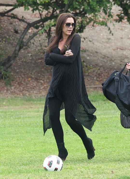 Victoria Beckham byla v černém od hlavy až k patě.