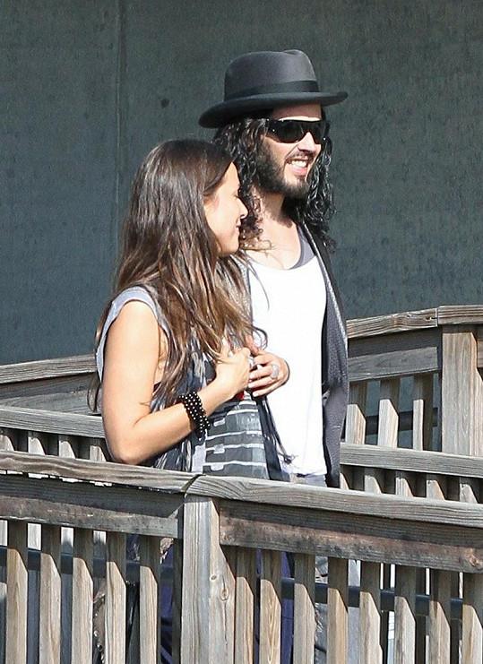 Russell Brand s přítelkyní po propuštění ze stanice.