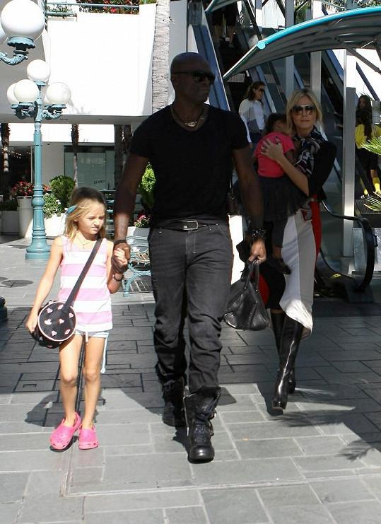 Seal před několika týdny s manželkou Heidi a dcerami Leni a Lou.