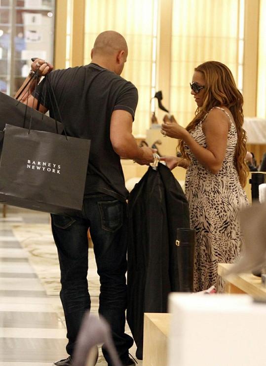 Stephen Belafonte odnáší několik tašek s botami, které si Mel B vybrala.