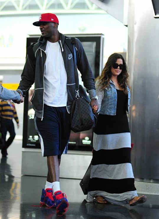 Khloé Kardashian měří 178 centimetrů, ale vedle svého muže skoro není vidět.