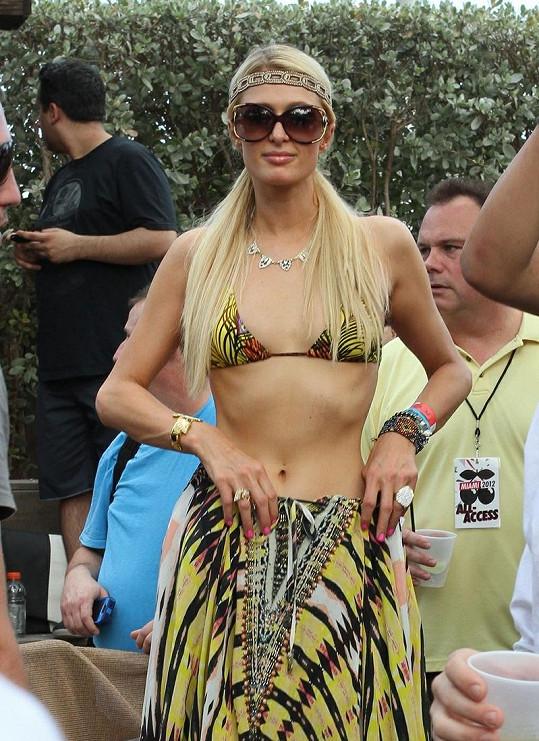 Paris předvedla svou postavičku v bikinách, když si z šatů udělala sukni.