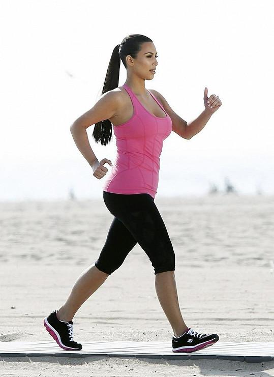 Sportující Kim Kardashian.