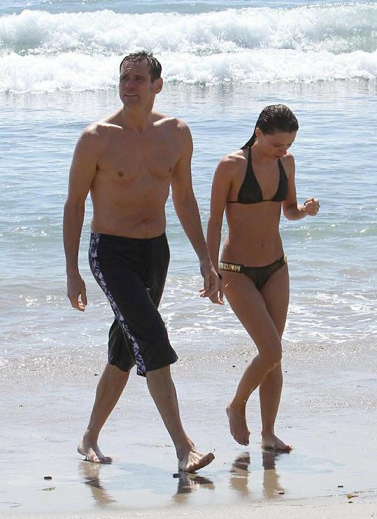 Jim Carrey a jeho nová dívka jsou jako zamilovaní puberťáci.