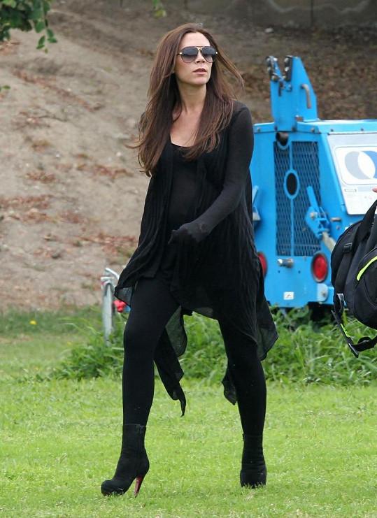 Victoria Beckham zvolila na procházku po parku boty s pořádným podpatkem.