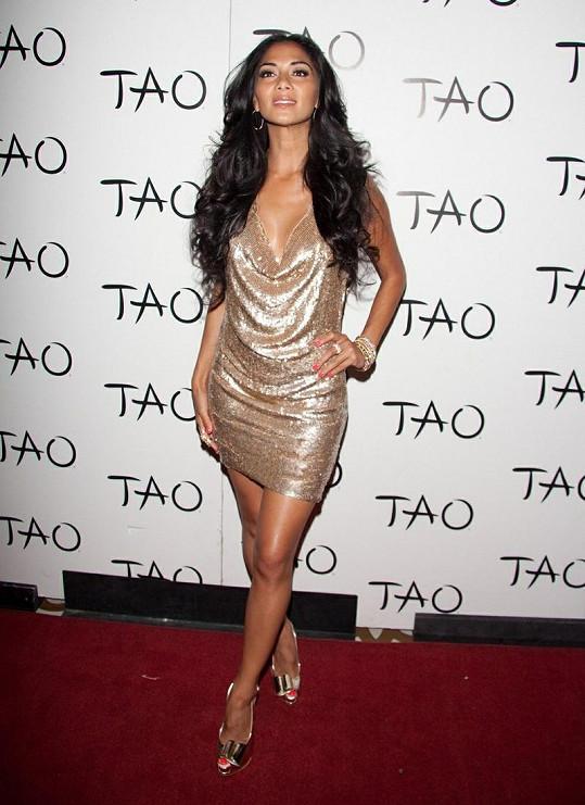 Nicole Scherzinger zvolila šaty, které upozorňovaly na její svůdné nohy.