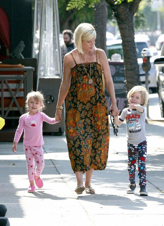 Těhotná Tori Spelling se svými dětmi.
