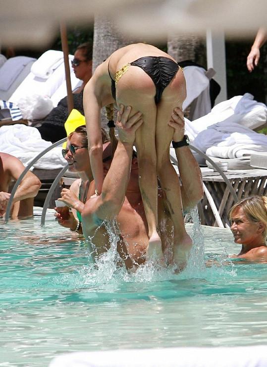 Jenna a Tito dovádí v bazénu v Miami.